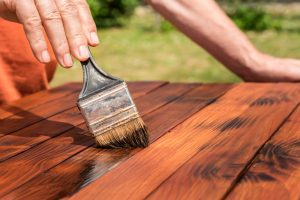 Peignez le meuble en merisier