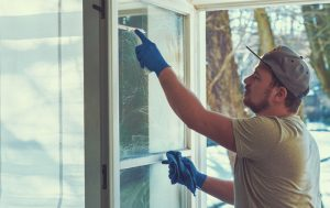 Utiliser du vinaigre blancpour nettoyer les vitres sans traces