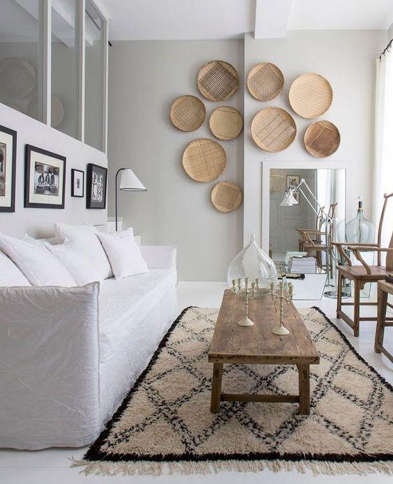Accrochez des paniers aux murs pour ajouter un style bohème au salon