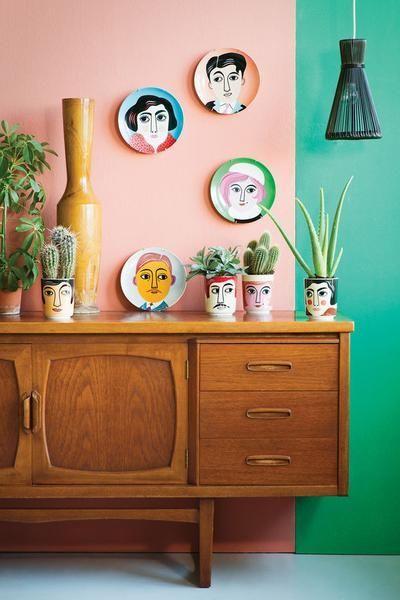 Accrochez un mélange d'assiettes décoratives sur une section du mur