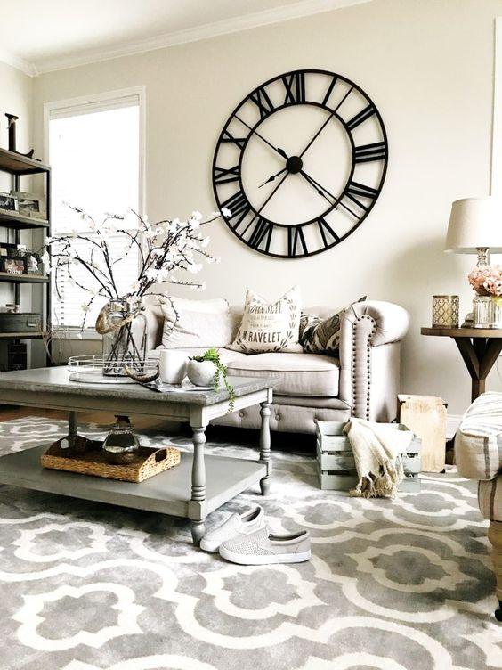 Utilisez une horloge murale géante comme pièce maîtresse du salon