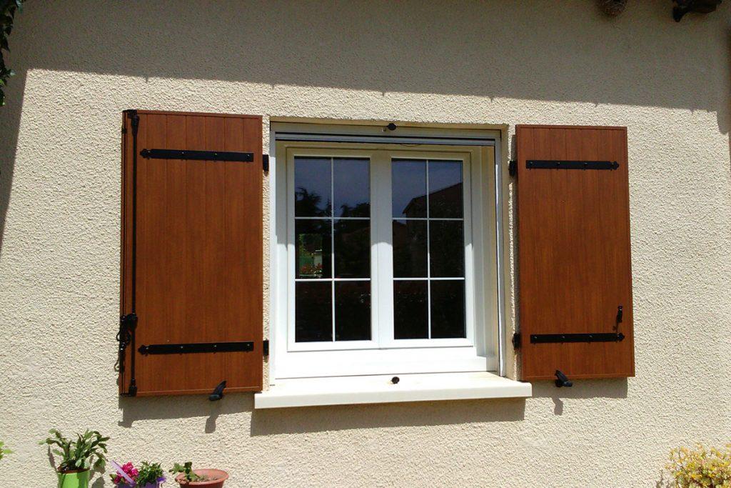 Guide étape par étape pour peindre une fenêtre à battant en bois