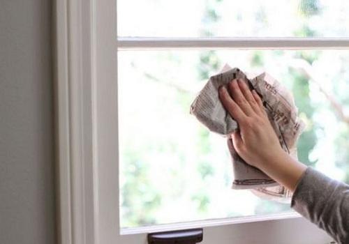 Les journaux donnent aux fenêtres un éclat sans traces