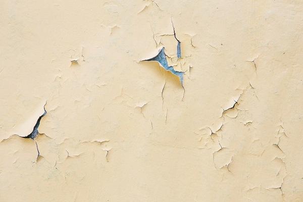 Peinture écaillée ou papier peint