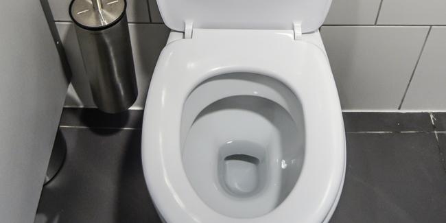 arrêter l'eau qui coule dans les toilettes